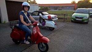 Die neue stolze Vespabesitzerin. Fahren, leuchten, hupen und blinken mit den körpereigenen Blinkern funktioniert schon tadellos!
